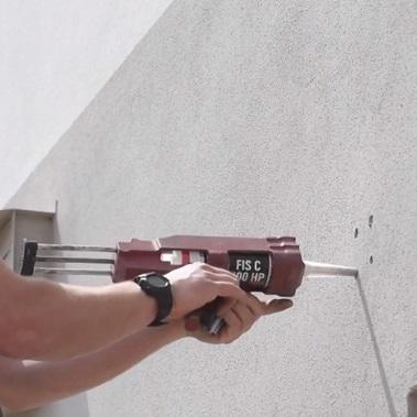 instalace nástěnné desky pro stínicí plachty